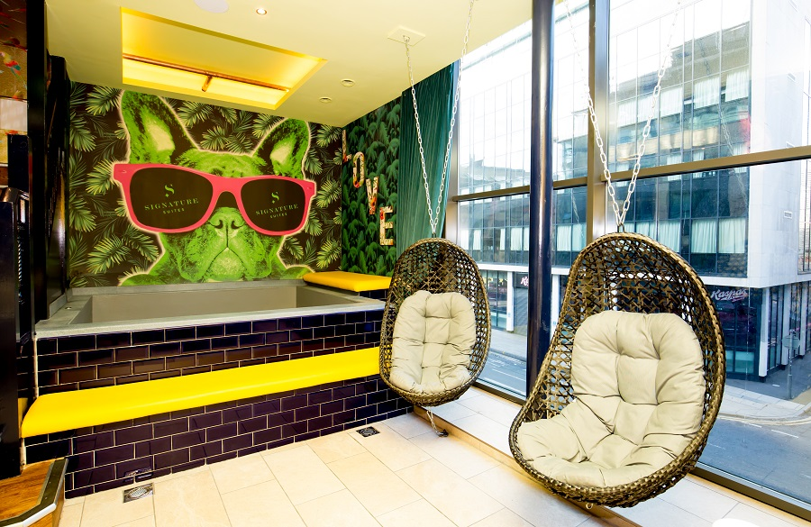 Flamingo suite pool room - party apartment in Liverpool